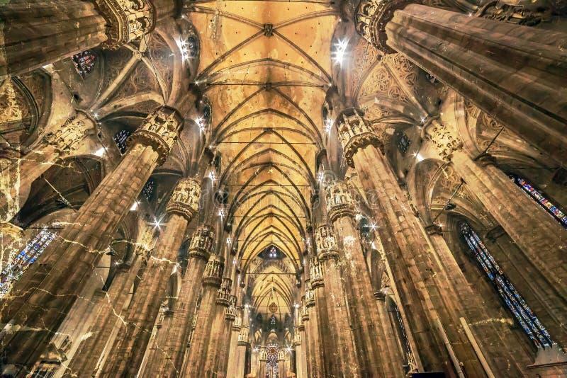 Vecchia foto con l'interno alla cattedrale di Milano fotografia stock libera da diritti