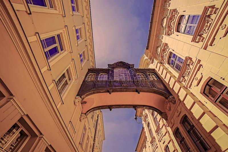 Vecchia foto con un ponte commemorativo a Szeged, Ungheria immagine stock