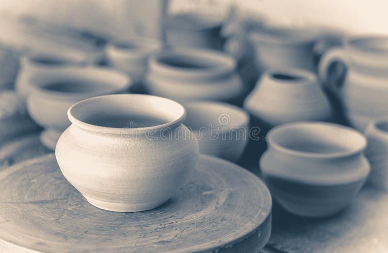 Vecchia foto dell'annata Molto vaso di argilla è sulla tavola in terraglie immagini stock libere da diritti