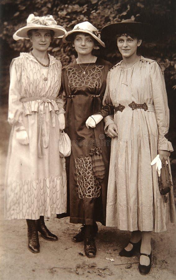 Vecchia foto delle tre ragazze alla moda fotografia stock