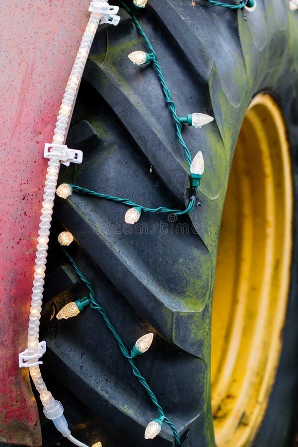 Vecchia gomma di tructor coperta di luci sul mercato dell'azienda agricola del paese fotografia stock