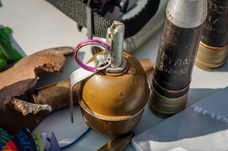 Vecchia granata a mano sovietica RGD-5 contro lo sfondo delle coperture a immagine stock