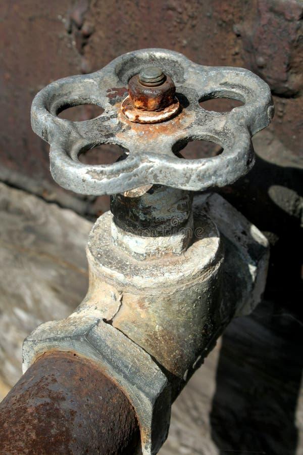 Vecchia gru arrugginita dell'acqua immagine stock