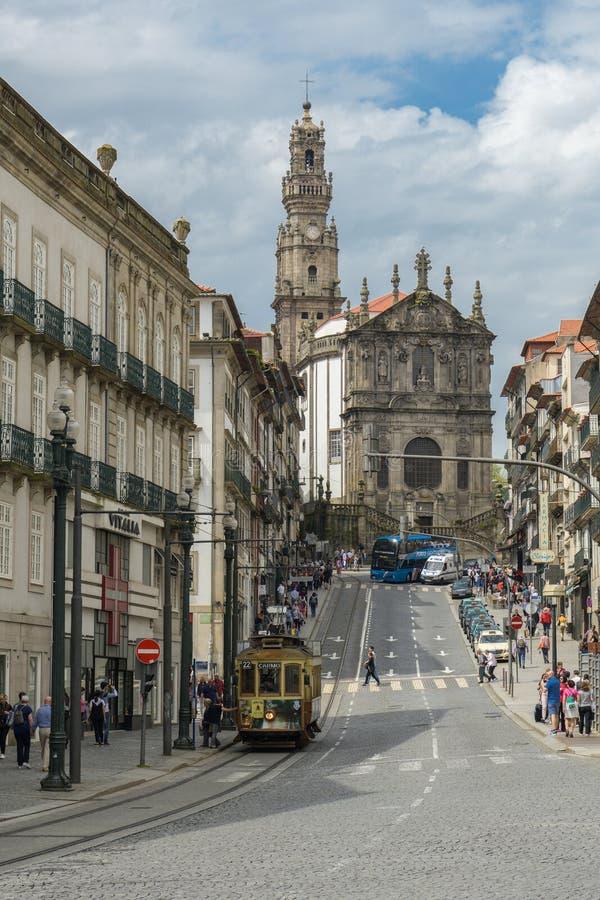 Vecchia guida storica del tram tramite la via di Clerigos in città di porto fotografia stock libera da diritti