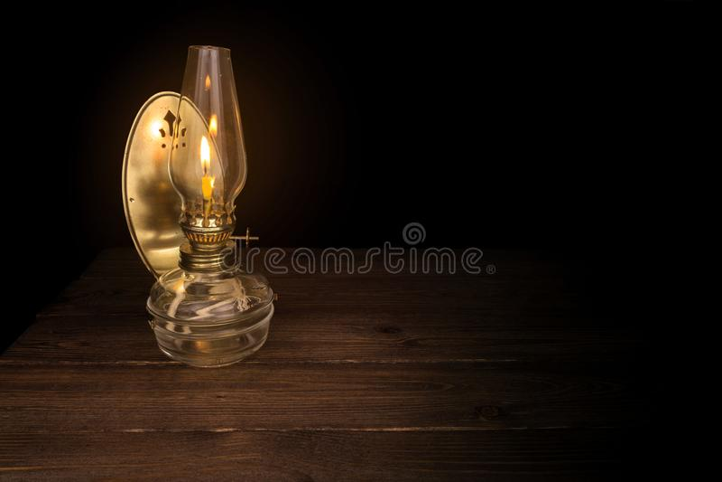 Vecchia illuminazione della lampada a olio nello scuro fotografia stock libera da diritti