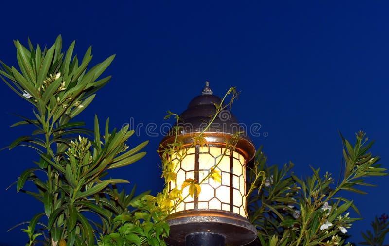 Vecchia iluminazione pubblica con uno stile classico, lampada di via d'annata, lampada decorativa della vecchia strada di modo immagine stock libera da diritti