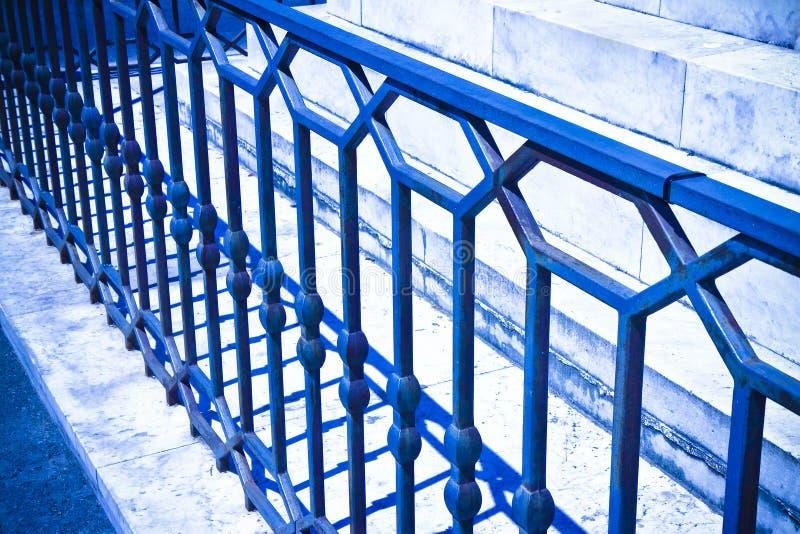 Vecchia inferriata italiana del ferro battuto con le progettazioni geometriche - tonificate fotografia stock
