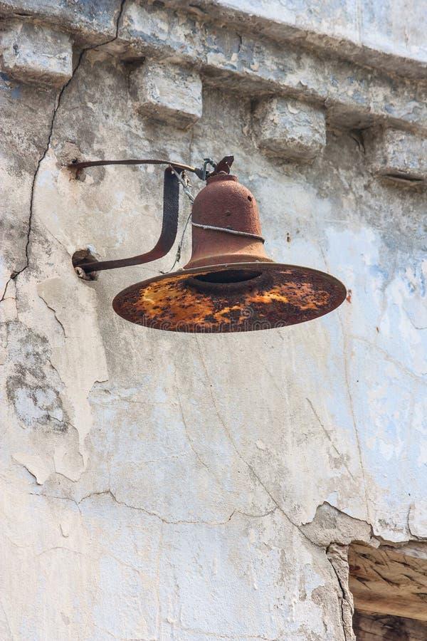 Vecchia lampada arrugginita sulla parete di costruzione abbandonata immagine stock libera da diritti