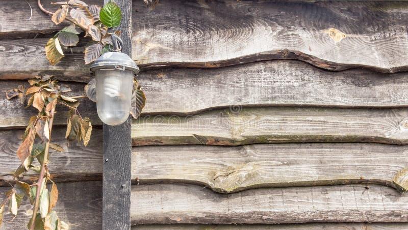 Vecchia lampada d'annata sul recinto di legno fotografie stock libere da diritti
