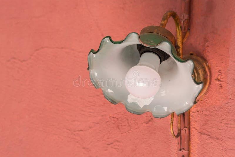 Vecchia lampada da parete verde sulla parete arancio immagine stock libera da diritti