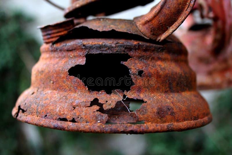 Vecchia lampada di cherosene arrugginita fotografia stock libera da diritti