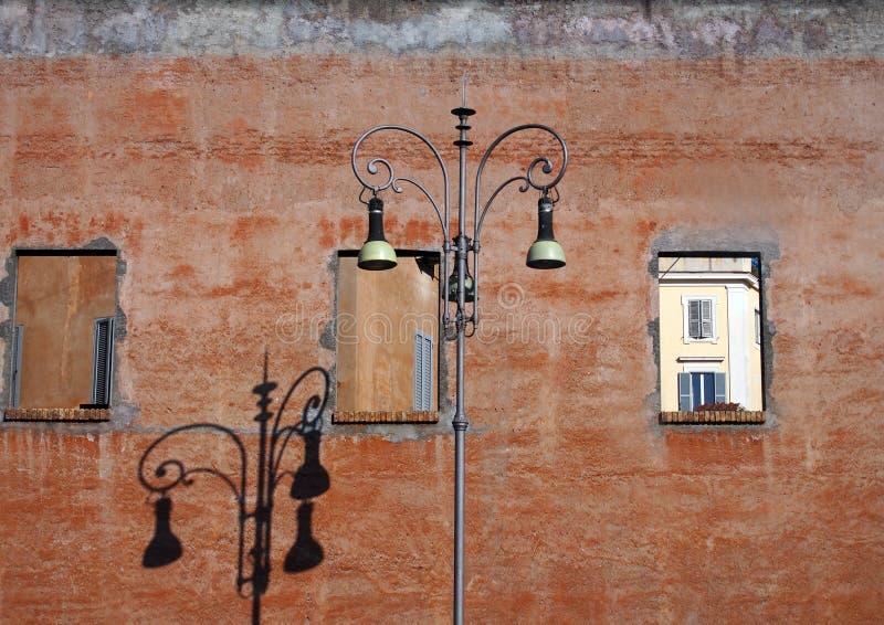 Vecchia lampada di via davanti al muro di mattoni, Roma fotografie stock libere da diritti
