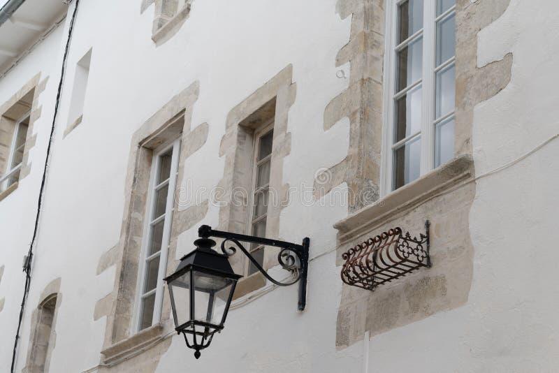 Vecchia lampada di via delle luci medievali d'annata all'aperto di stile sulla parete fotografie stock libere da diritti
