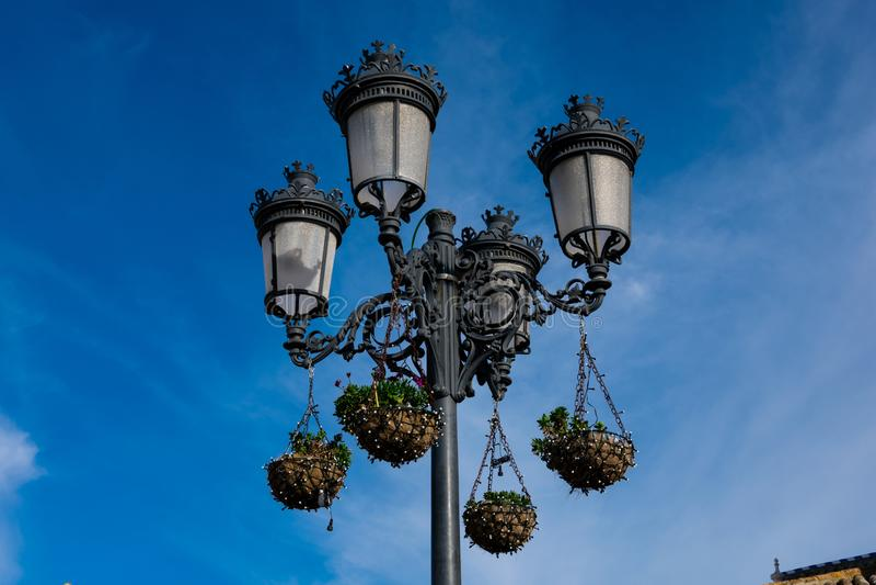 Vecchia lampada di via a Zahara de la Sierra fotografie stock