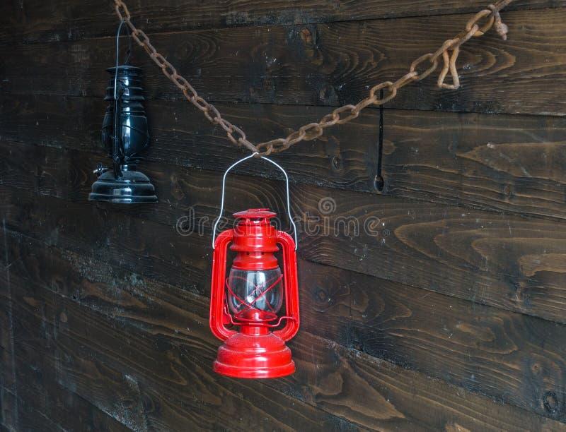 Vecchia lampada a olio due su una parete di legno fotografia stock libera da diritti