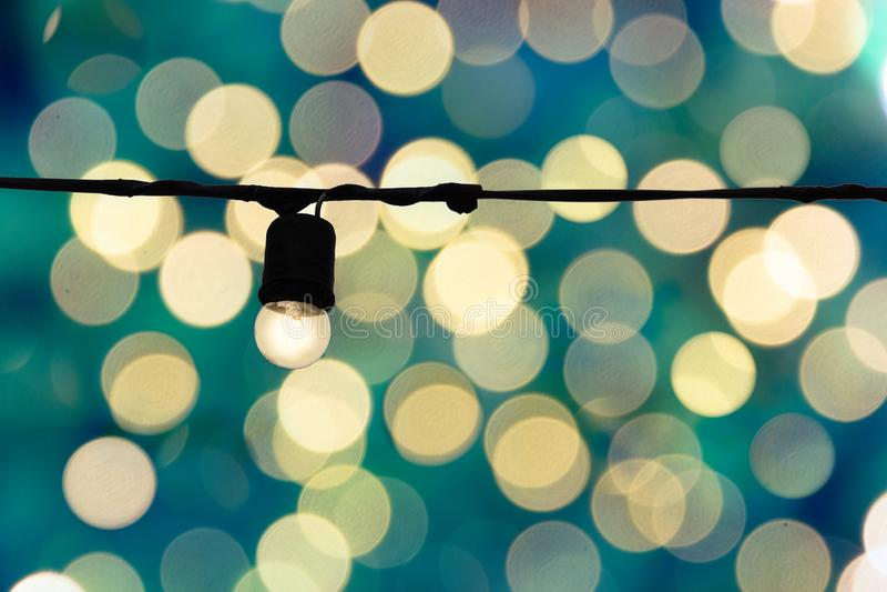 Vecchia lampadina d'annata con il fondo vago del bokeh dell'oro Idea c fotografia stock libera da diritti