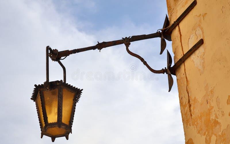 Vecchia, lanterna antica, medievale e storica che appende su una parete di pietra della sabbia in Mdina, Malta fotografie stock libere da diritti