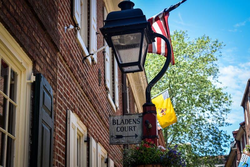 Vecchia lanterna di Elfreth's Alley con cartello per il Tribunale di Bladen Philadelphia, Pennsylvania fotografia stock libera da diritti