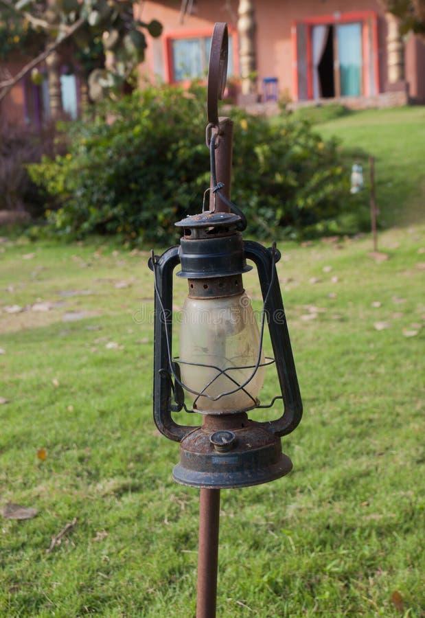 Vecchia lanterna nel campo verde fotografie stock
