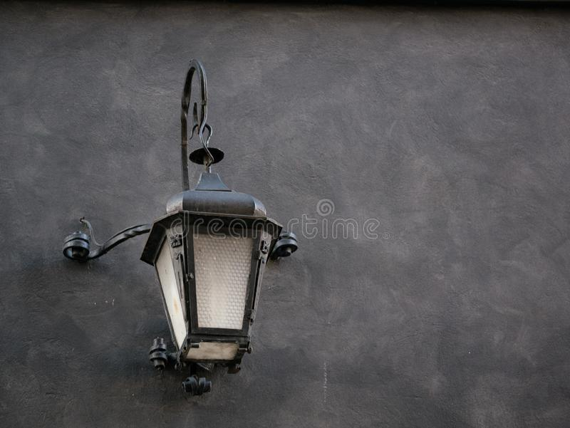 Vecchia lanterna sulla parete della casa a Danzica fotografia stock