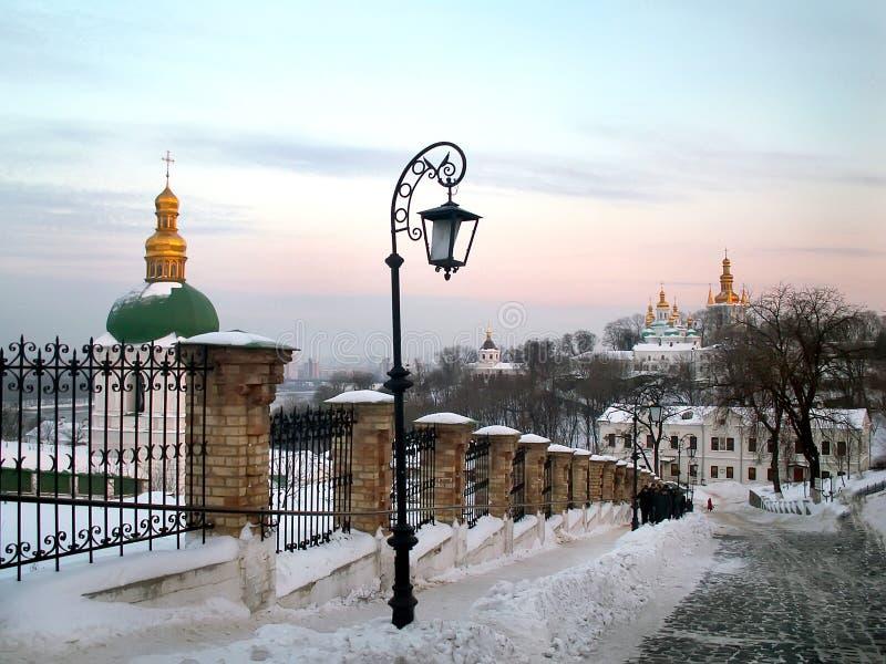 Vecchia lanterna sulla strada nel monastero di Kiev-Pechersk Lavra a Kiev l'ucraina fotografie stock