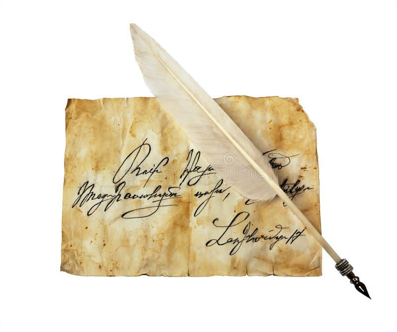 Vecchia lettera con scrittura d'annata e la piuma fotografia stock libera da diritti