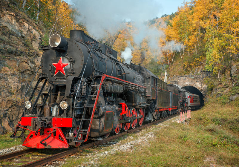 Vecchia locomotiva a vapore nella ferrovia di Circum-Baikal immagine stock