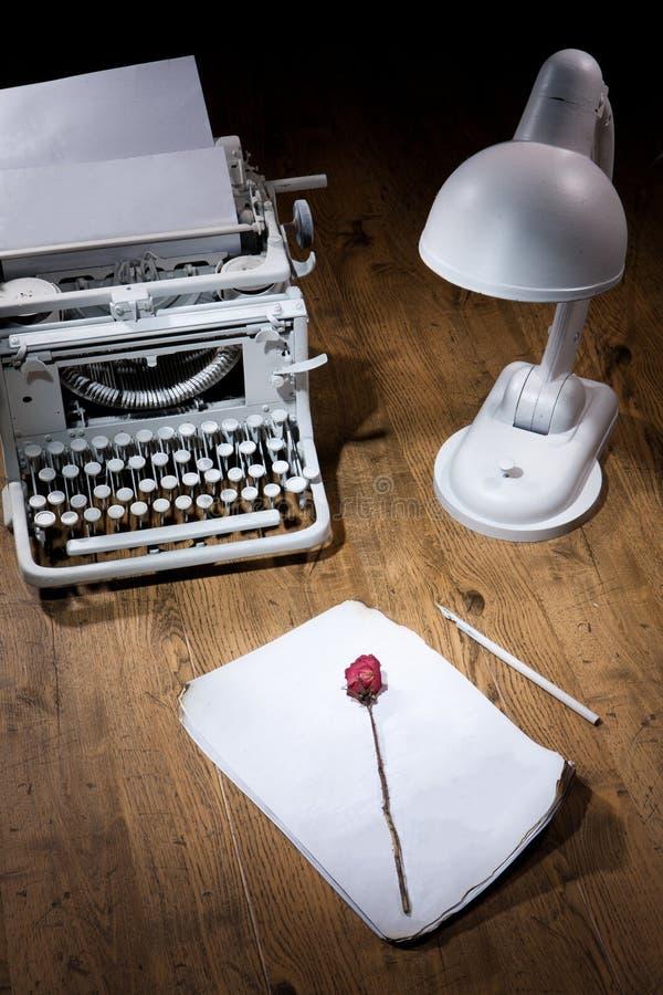 Vecchia macchina da scrivere, manoscritto e Rosa asciutta fotografia stock