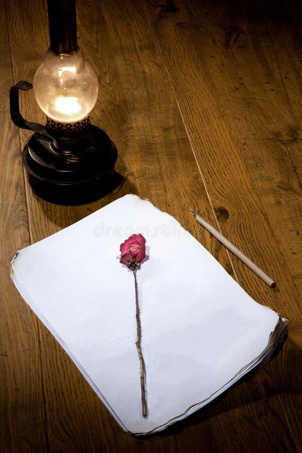 Vecchia macchina da scrivere, manoscritto e Rosa asciutta immagine stock