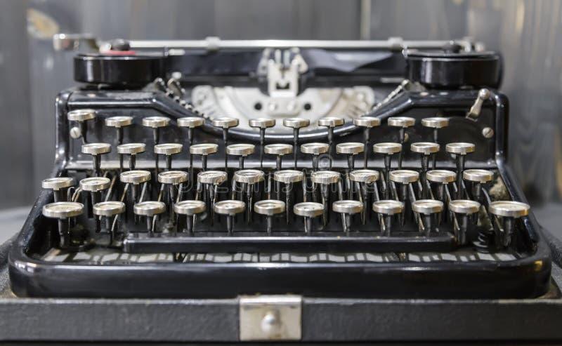 Vecchia macchina da scrivere portatile standard fotografia stock