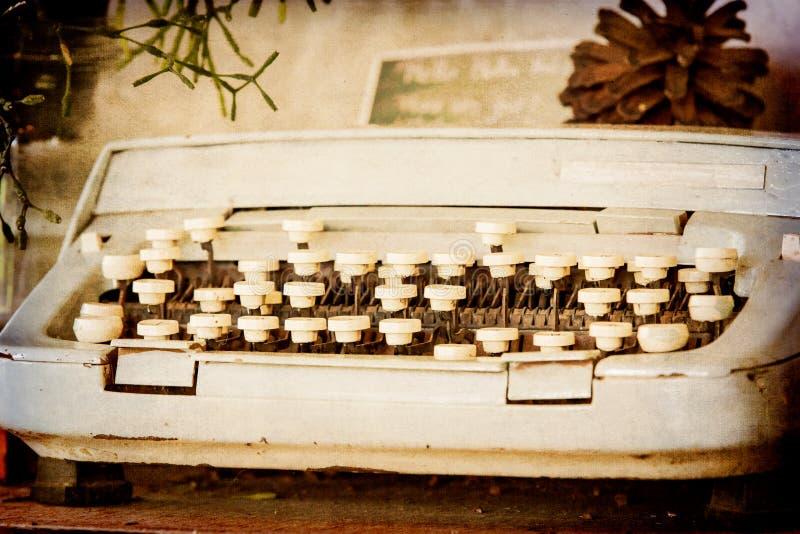 Vecchia macchina da scrivere sul filtro da seppia fotografie stock libere da diritti