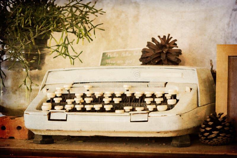 Vecchia macchina da scrivere sul filtro da seppia immagine stock