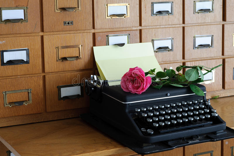 Vecchia macchina da scrivere in una biblioteca fotografie stock