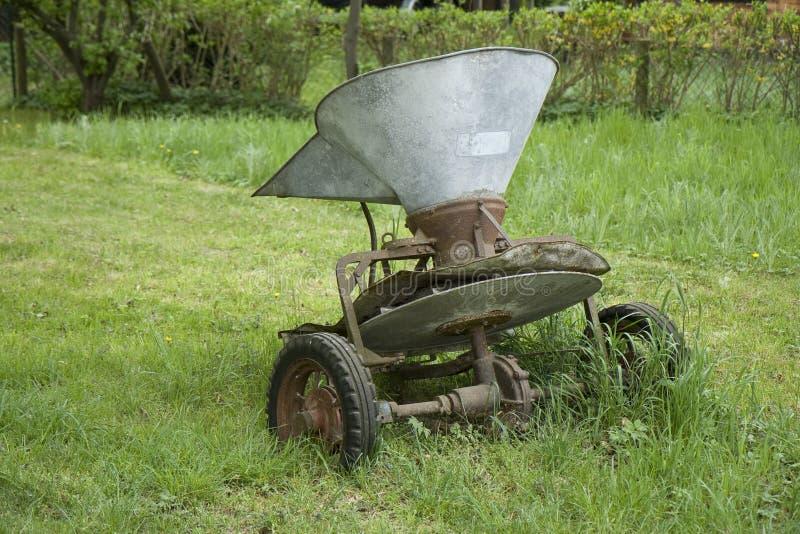 Vecchia macchina del fertilizzante immagini stock