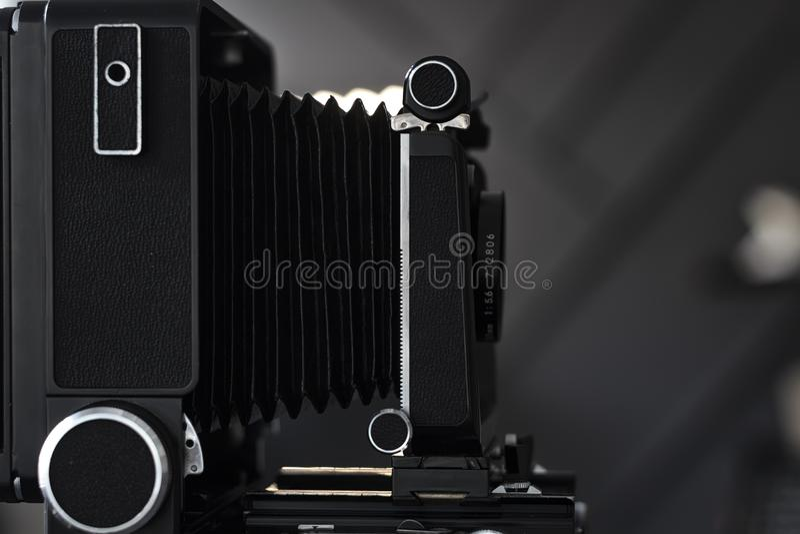 Vecchia macchina fotografica attrezzatura d'annata di fotografia su uno scaffale Profondità di campo molto bassa immagine stock