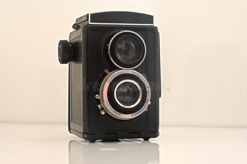 Vecchia macchina fotografica d'annata che è stata con fondo bianco fotografia stock