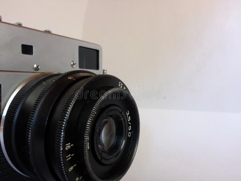 Vecchia macchina fotografica d'annata della foto su fondo bianco fotografie stock libere da diritti