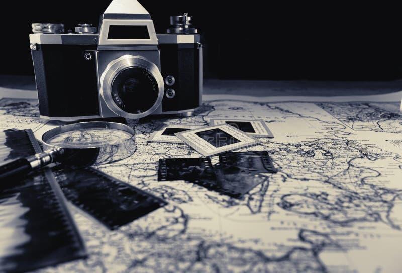Vecchia macchina fotografica d'annata sulla mappa con le negazioni immagini stock