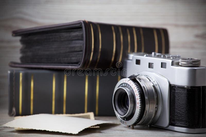 Vecchia macchina fotografica e vecchio album delle immagini fotografie stock libere da diritti