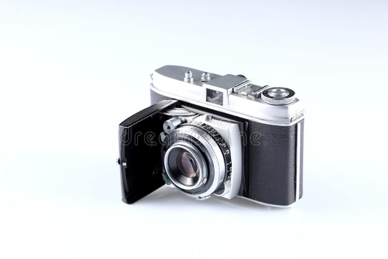 Vecchia macchina fotografica su fondo bianco con lo spazio della copia fotografia stock libera da diritti