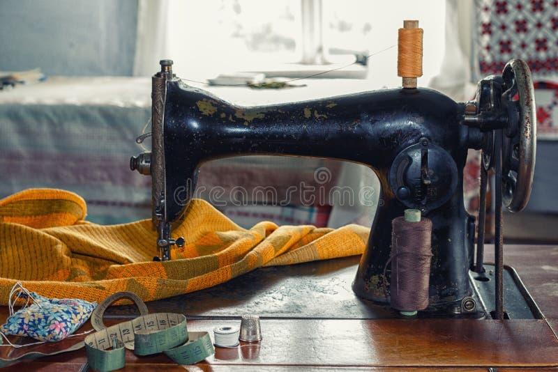 Vecchia macchina per cucire immagini stock libere da diritti