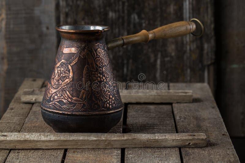 Vecchia macchinetta del caffè sul tavolo da cucina rustico fotografie stock