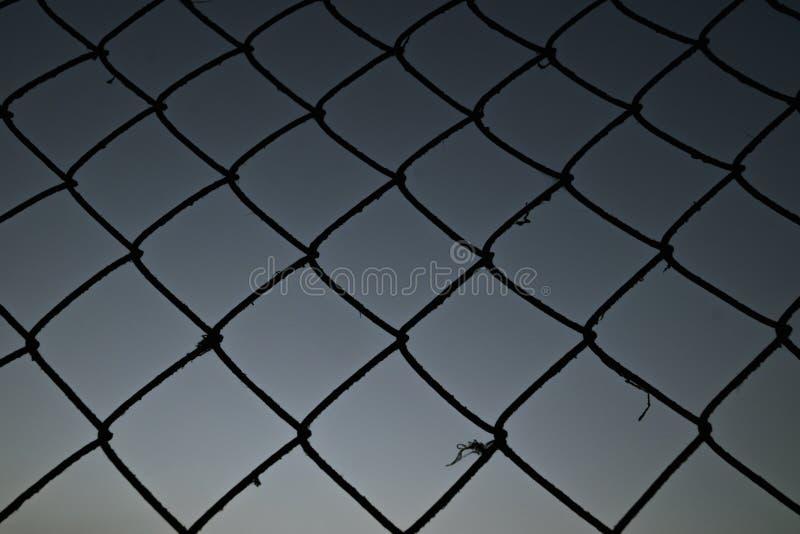 Vecchia maglia metallica contro il cielo uguagliante sottragga la priorit? bassa fotografie stock libere da diritti