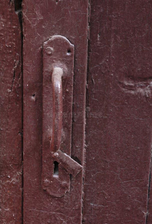 Vecchia maniglia di porta dipinta con keyholder fotografie stock libere da diritti