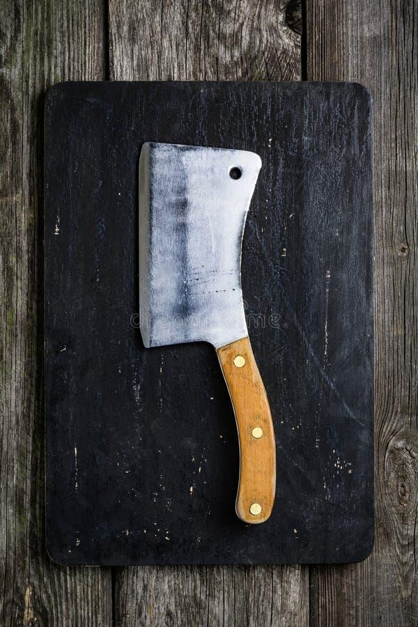 Vecchia mannaia di carne sul tagliere di legno fotografia stock libera da diritti