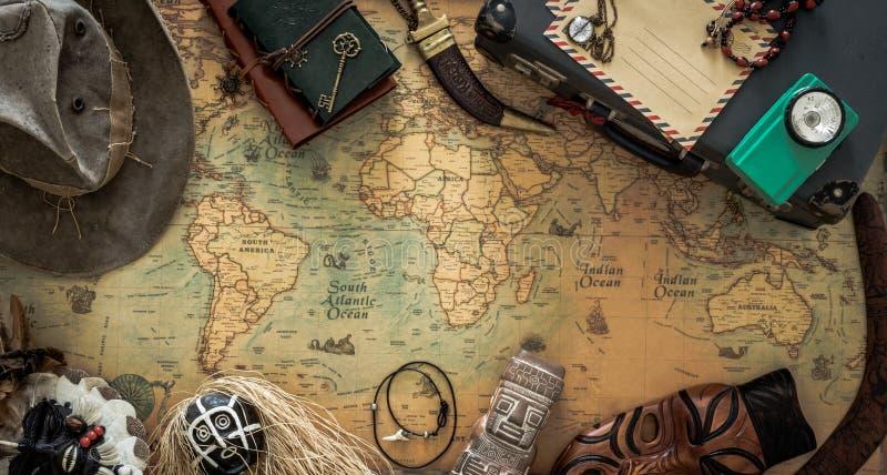 Vecchia mappa, attrezzature d'annata di viaggio e ricordi dal viaggio intorno al mondo immagini stock libere da diritti