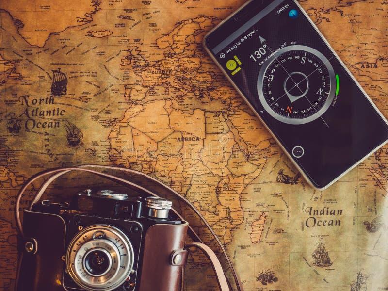 Vecchia, mappa d'annata e telefono cellulare Vista superiore fotografia stock