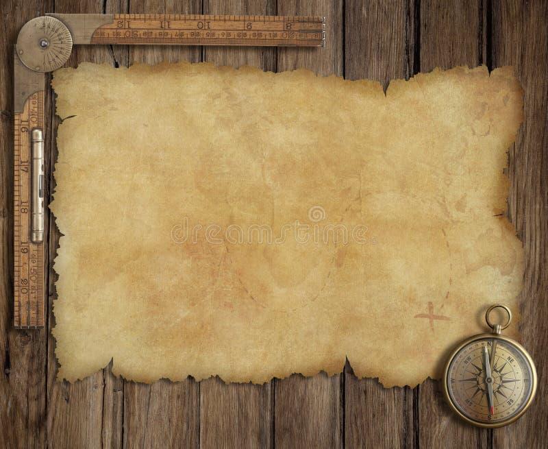 Vecchia mappa del tesoro sullo scrittorio di legno con la bussola e fotografie stock
