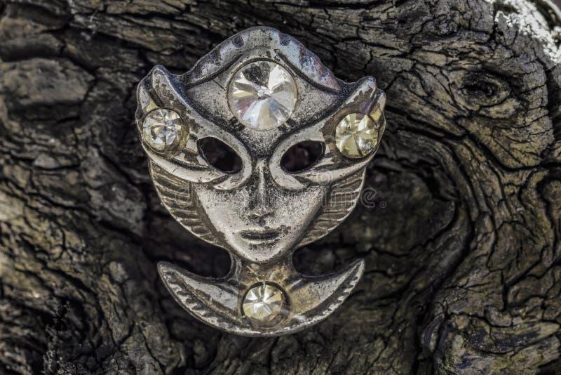Vecchia maschera di protezione del metallo su patern di legno fotografia stock libera da diritti