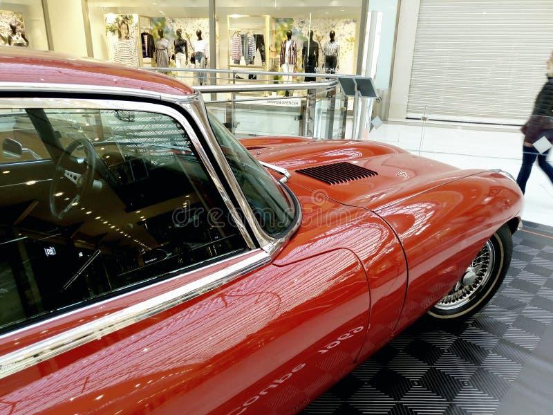 Vecchia mostra delle automobili, automobile scoperta a due posti E tipa di Jaguar nel centro commerciale di Atene, Grecia immagini stock libere da diritti